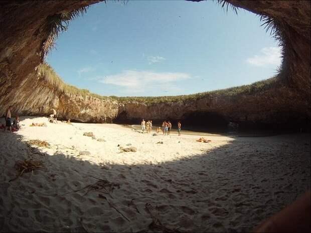 Скрытый пляж острова