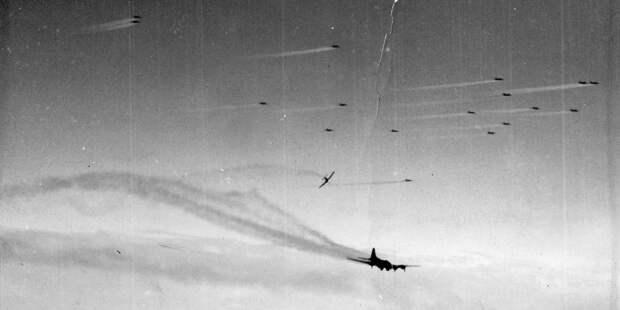 Немецкий истребитель Фоке-Вульф Fw. 190атакует американский бомбардировщик B-17