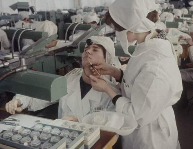 Врач работает с пациентом болеющим гайморитом на предприятии. Москва, 1970-е годы.