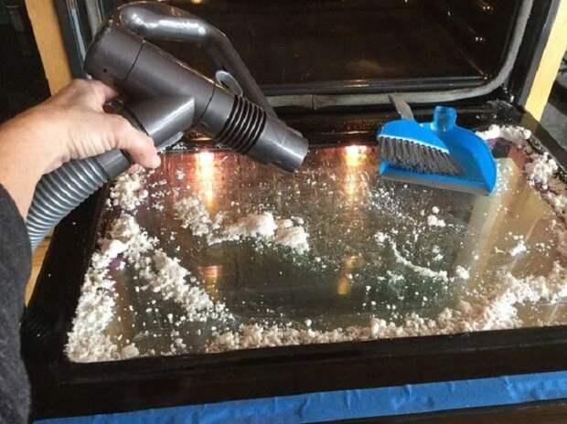 Простое средство, которое легко очистит стекло духовки от жира