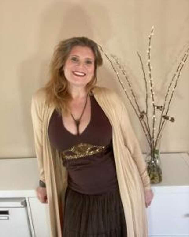 Какие цвета в одежде женщины за 60 делают ее образ дешёвым