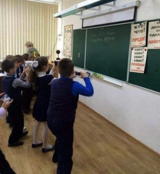 Школьники «записывают» домашнее задание.