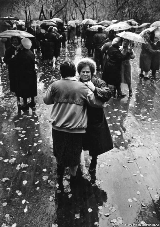 Дождливый осенний день в Москве, 1990 год. Автор — Игорь Стомахин. 90-е, СССР, фото