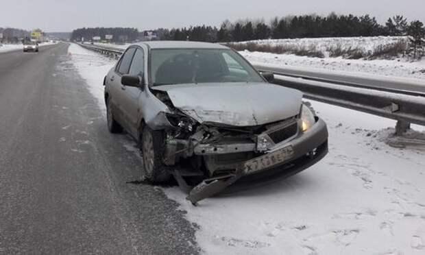 Дорожная месть: водитель Мерседеса отправил в отбойник Лансер