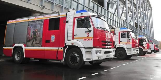 Двух человек спасли из загоревшейся квартиры в доме на Малахитовой