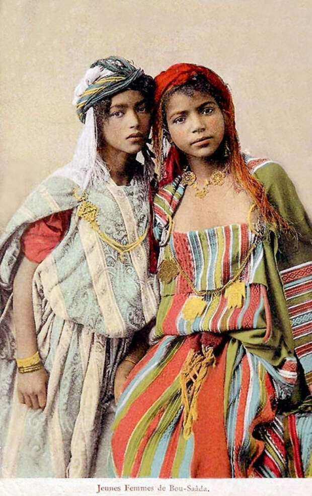 Девушки в национальной одежде.