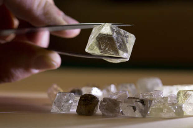 """АЛРОСА"" выручила $7,4 млн на аукционе по продаже крупных алмазов в Дубае"