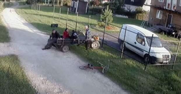 Обычный день в деревне Бояркино: пьяная компания на мотоблоке (1 фото + 2 видео)