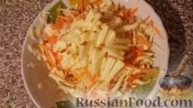 """Фото приготовления рецепта: Салат """"Витаминный"""" - шаг №6"""