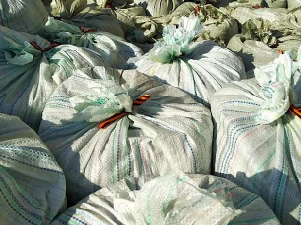 На Алтае строители перевязали мешки с мусором георгиевскими ленточками
