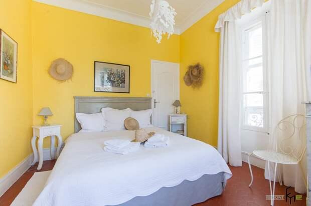 Комната с желтыми стенами