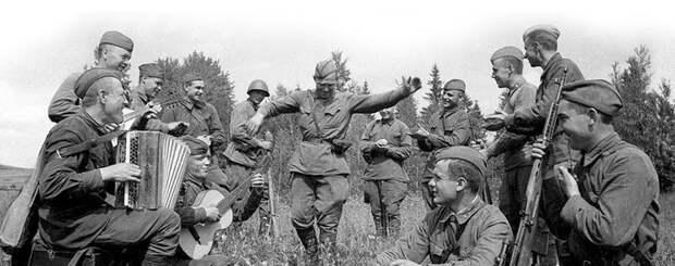 «Сколько Гитлер ни воюй»: 20 частушек времён Великой Отечественной войны