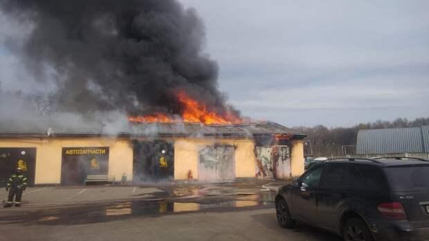 На улице Вешних вод сгорела мастерская автосервиса