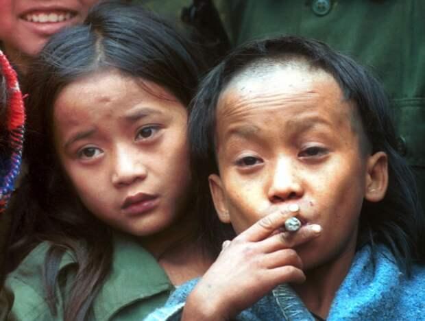 6 декабря 1999 года, деревня Ка Мар Па Ло (Ka Mar Pa Law), джунгли Таиланда, 12-летние подростки из этнической группы карен Джонни (слева) и Лютер Хту, лидеры партизанского движения «Армия Бога». Фото: AP Photo/Apichart Weerawong