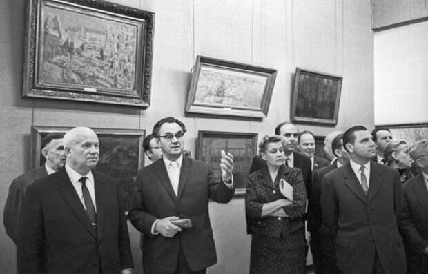 Никита Хрущев на выставке, посвященной 30-летию МОСХ в Манеже, 1962 год © Василий Егоров/ТАСС