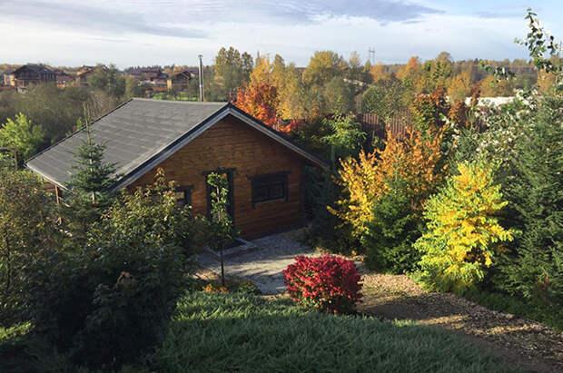 Вид из дома на баню, установленную на свайном фундаменте.
