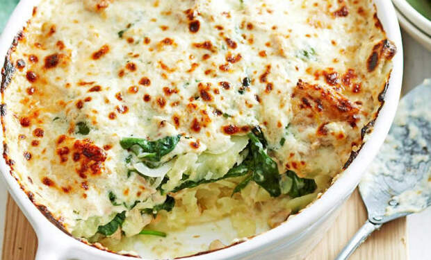 Картошку разбирают быстрее мяса: сначала жарим, а затем печем с чесноком