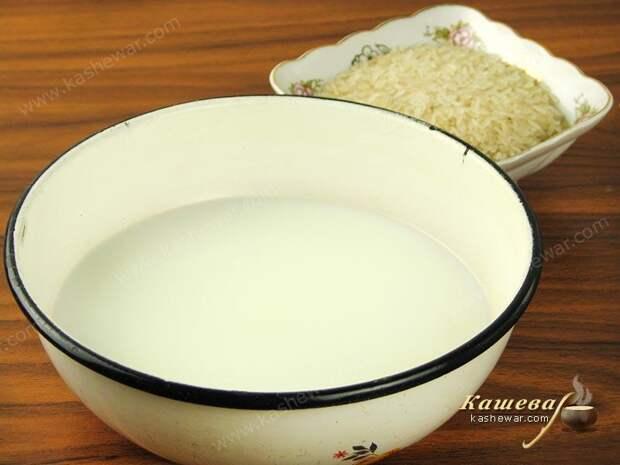 Воду смешать с молоком, закипятить и всыпать рис