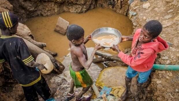 Африка, Демократическая Республика Конго. Дети добывают кобальт, используемый в современной электронике, потребляемой преимущественно жителями «развитых стран»