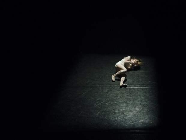 Девушка на черном полу