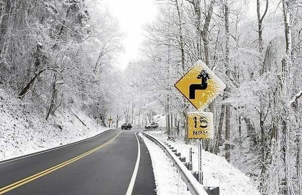 Автомобилистку чуть не оштрафовали за неприличие на стоянке Теннесси, автостоянка, забавно, неприлично, следы на снегу, снегопад, странные люди, штраф