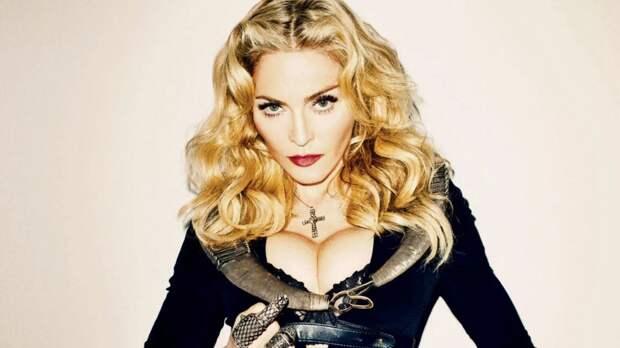Неприличные позы 62-летней Мадонны вызвали споры в сети