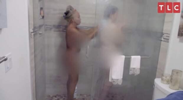 Странные отношения: 19-летняя дочь досих пор принимает душ сматерью испит сней водной кровати