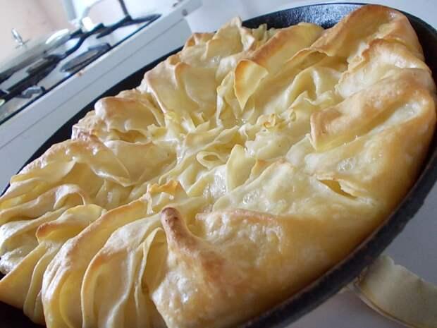 Нежное тонкое тесто и сочная сырная начинка - формула идеального сырного пирога!