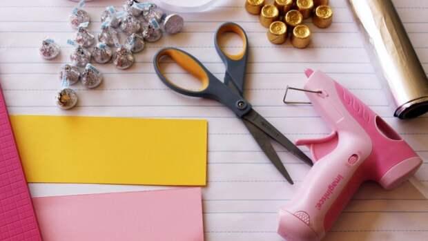 Материалы, необходимые для создания букета бумажных цветов с конфетами