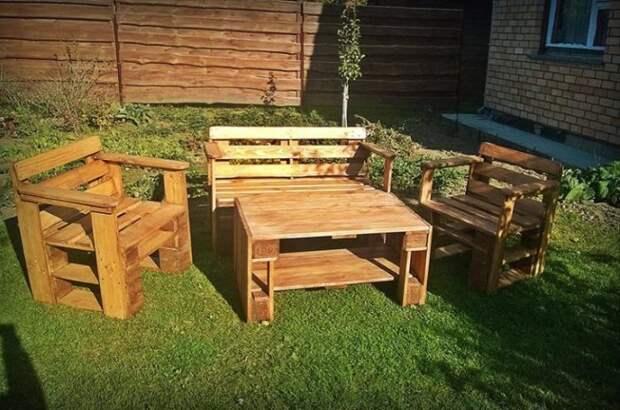 Классические конструкции кресел и стола из деревянных поддонов, которые можно сделать без привлечения профессионалов.