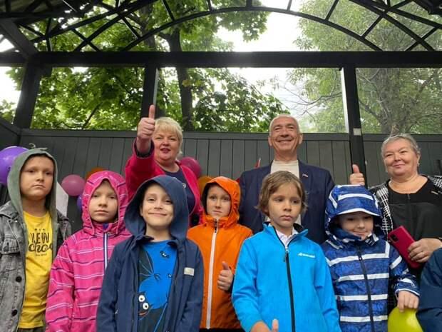 Глава управы Ростокина в сквере Бажова поздравила школьников с началом учебного года