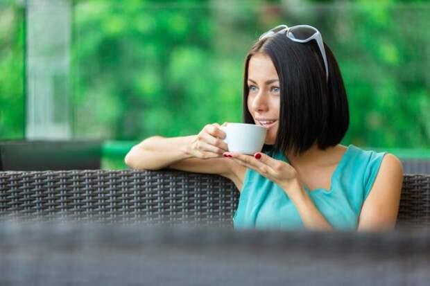 брюнетка пьет кофе