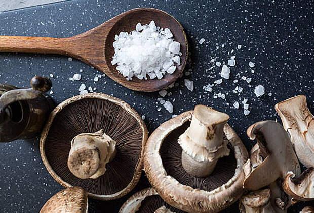 Добавляем в соль сушенные грибы