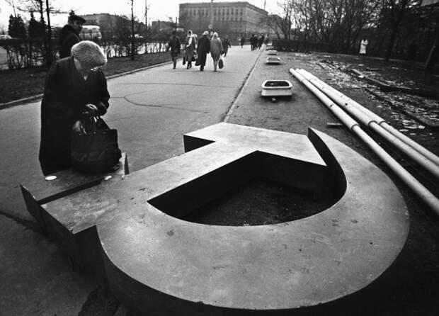 Женщина возле поверженного символа советской власти в Москве. 1991 год.