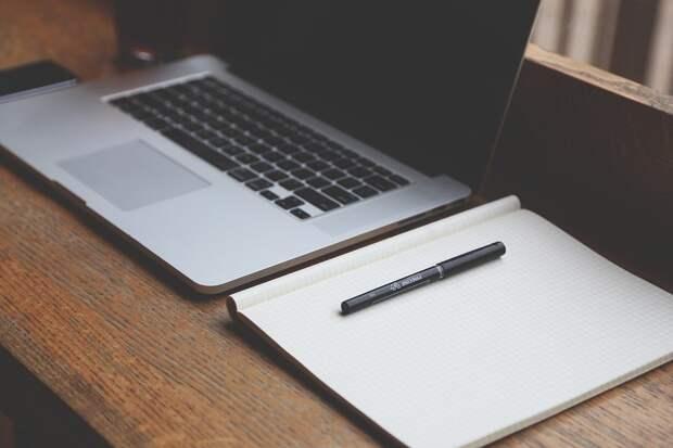 Стол, Ноутбук, Ручка, Рабочая Область, На Рабочем Месте