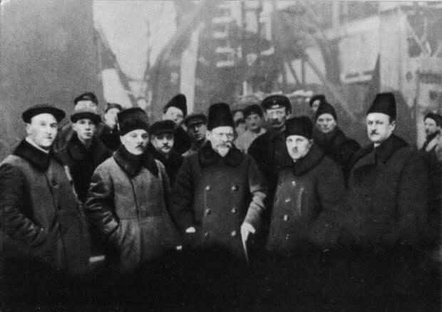 К. Е. Ворошилов и М. И. Калинин на Ленинградском Металлическом заводе. СССР, январь 1926 года.