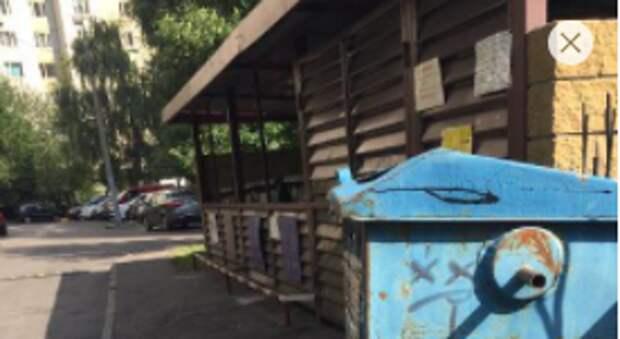 В 3-м Митинском переулке вандалы добрались до мусорных баков