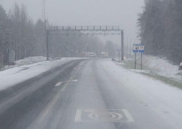 В Карелии ухудшилась дорожная обстановка: на севере – снег, на юге – дождь