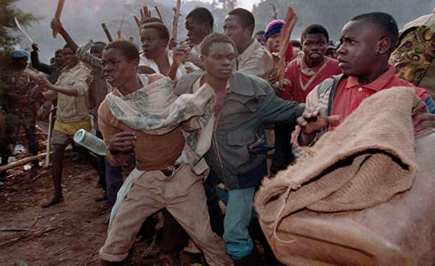 Толпа руандийских беженцев