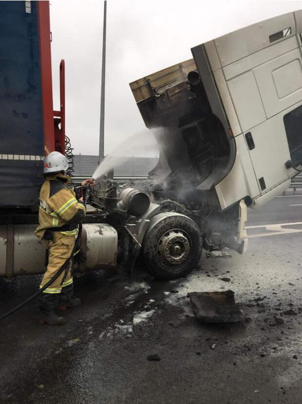 На трассе «Таврида» чуть не сгорел грузовик