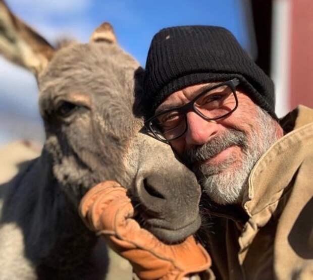 "Звезда ""Ходячих мертвецов"" Джеффри Дин Морган спас осла и страуса от разлуки"