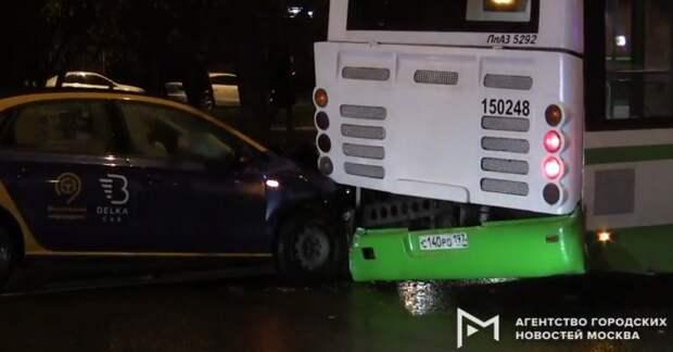 Каршеринг столкнулся с автобусом на улице Свободы