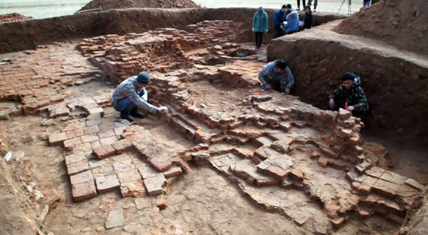 На раскопках мавзолея Кердери, дно Аральского моря