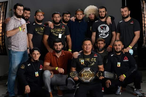 «Семья». UFC показала фото Хабиба в окружении его команды