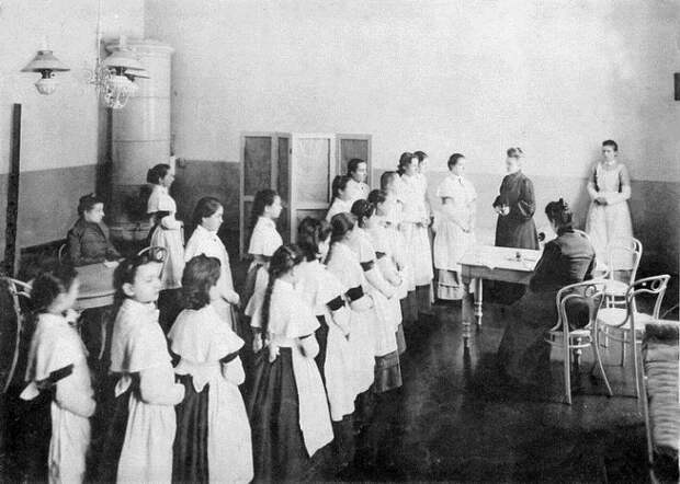 Все институты благородных девиц были устроены примерно одинаково.