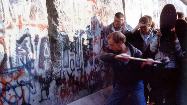 Жители Берлина ломают стену