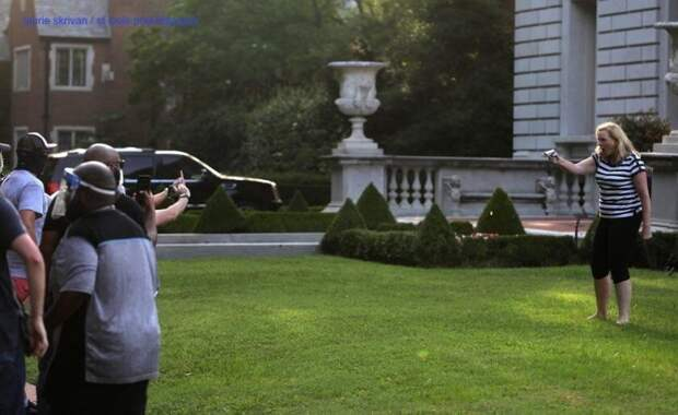 Пара пожилых американцев с оружием в руках отогнала протестующих от своего особняка