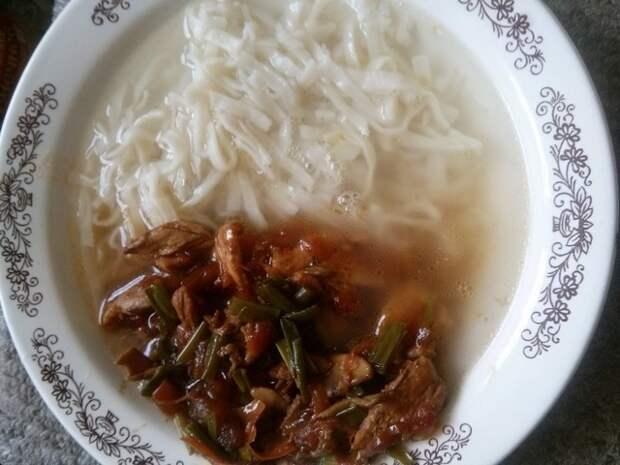 Лапша удон с курицей,вешенками и зеленым луком.Вкусная Японская кухня.