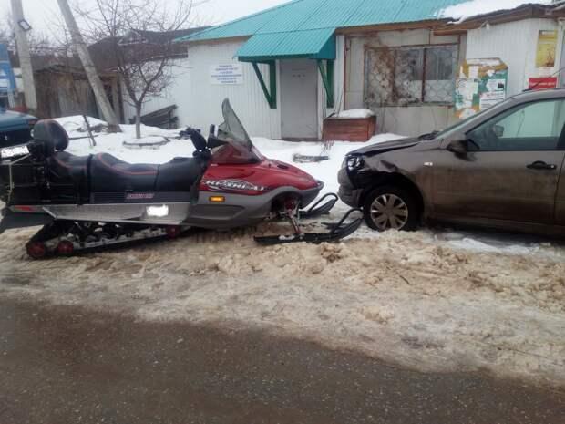 В Каракулинском районе Удмуртии снегоход врезался в припаркованную машину