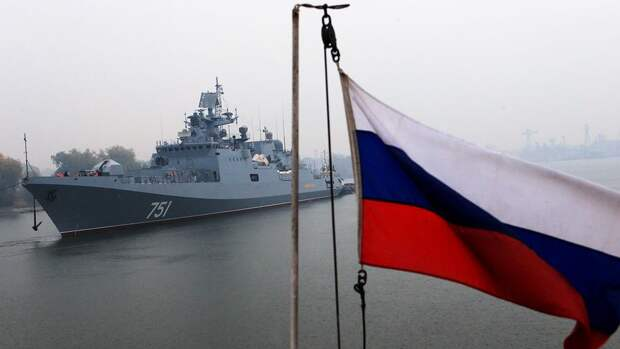 Российский фрегат начал слежение за действиями эсминца США в Черном море